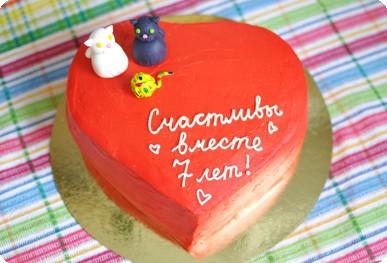 Торт в виде сердца с парочкой котиков