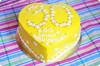 Торт в форме сердца жёлтый