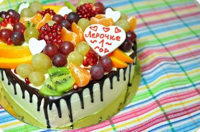 Торт в форме сердца с фруктами