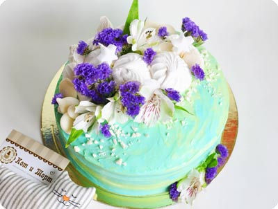 Морковный торт с живыми цветами