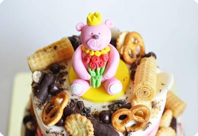 Двухъярусный торт с медвежатами