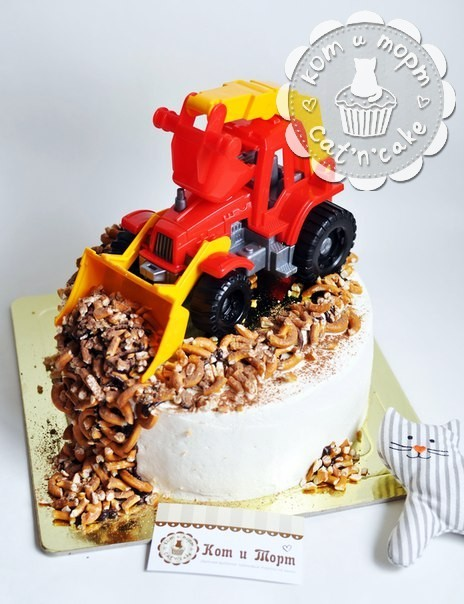 Торт с игрушкой — трактором