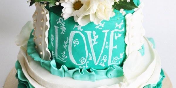 Торт свадебный двухъярусный с живыми цветами