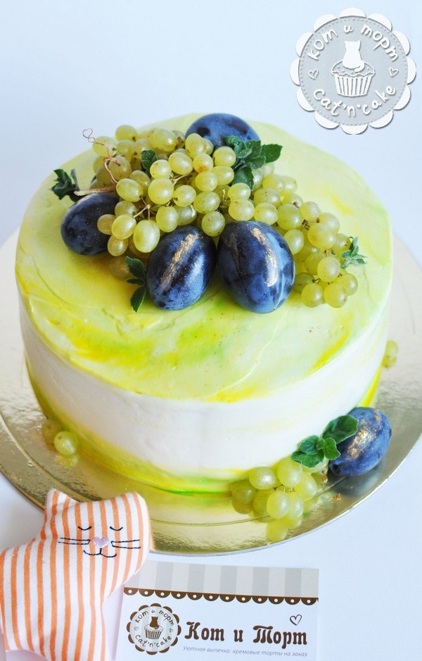 Торт с виноградом и сливами