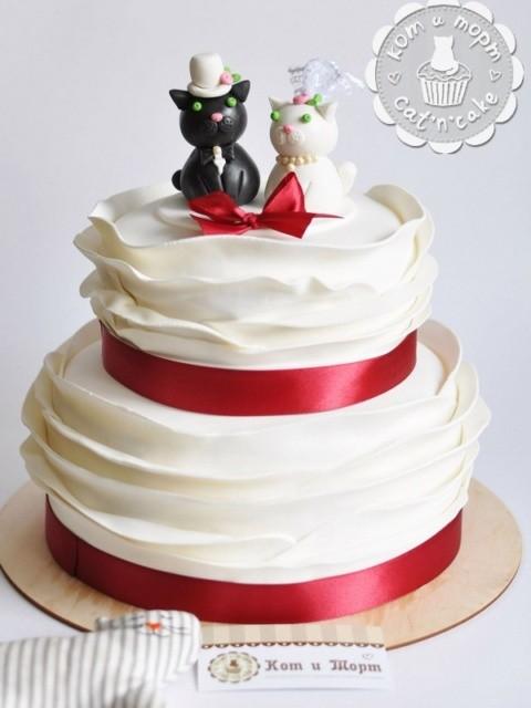 Свадебный торт с воланами и фирменными котиками