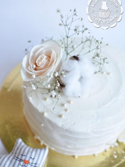 Белый торт с розой и хлопком