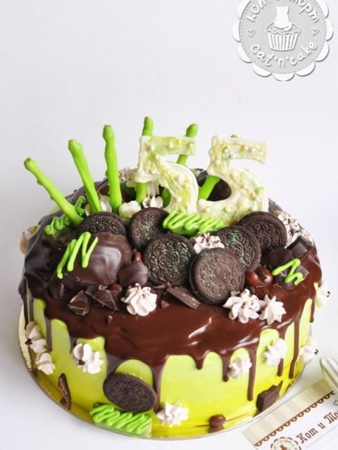Торт с шоколадом и зелёным декором