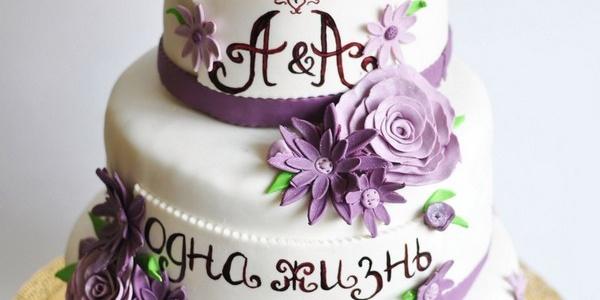 Свадебный трёхъярусный торт с розами и хризантемами