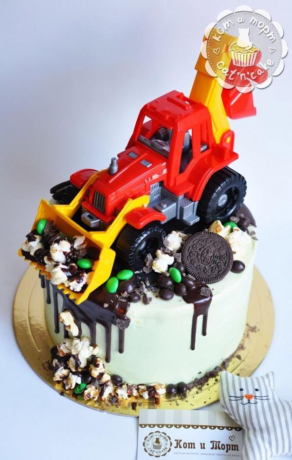 Торт с игрушечным трактором