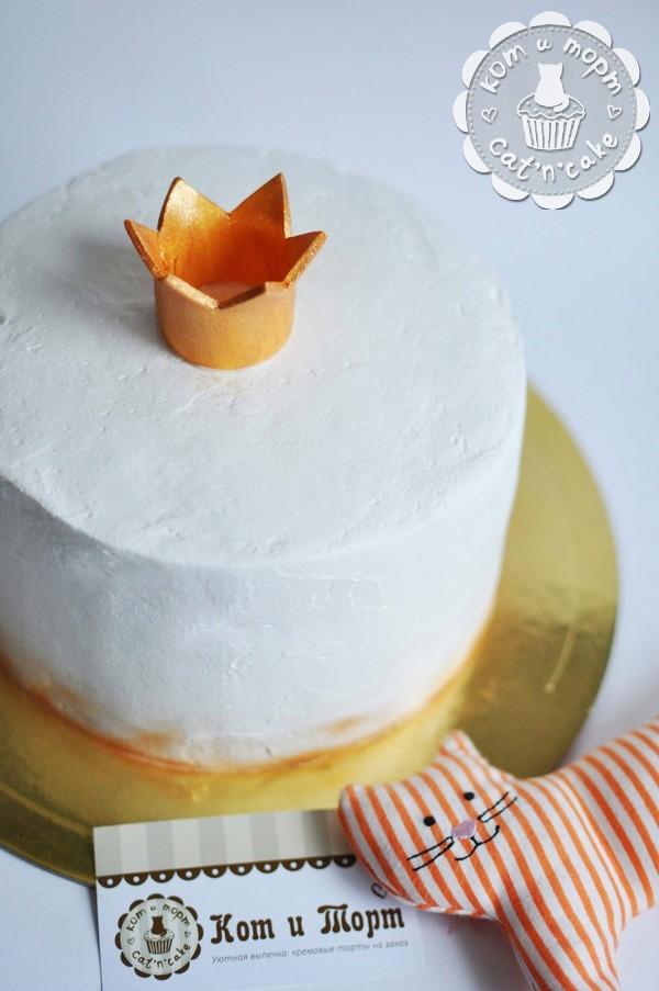 Лаконичный торт с короной