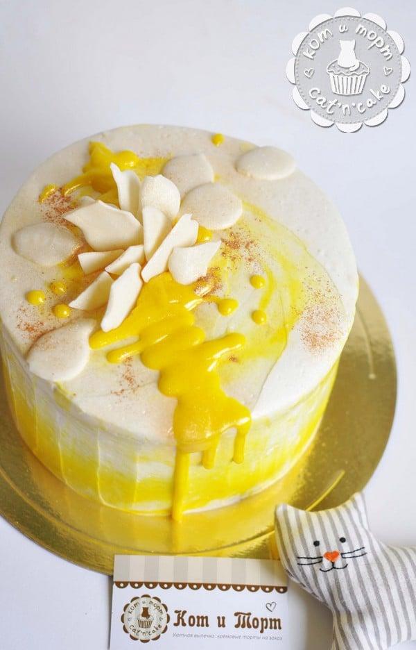 Бело-жёлтый торт с шоколадом