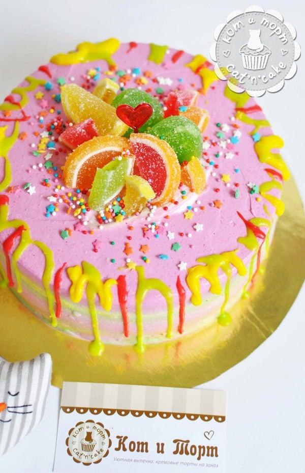 Розовый торт с мармеладками