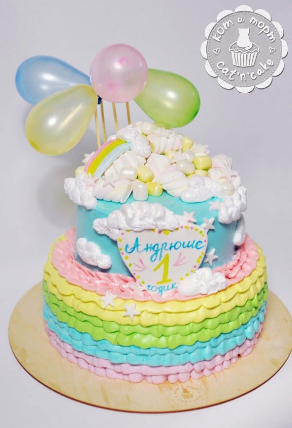 Двухъярусный торт с воздушными шарами