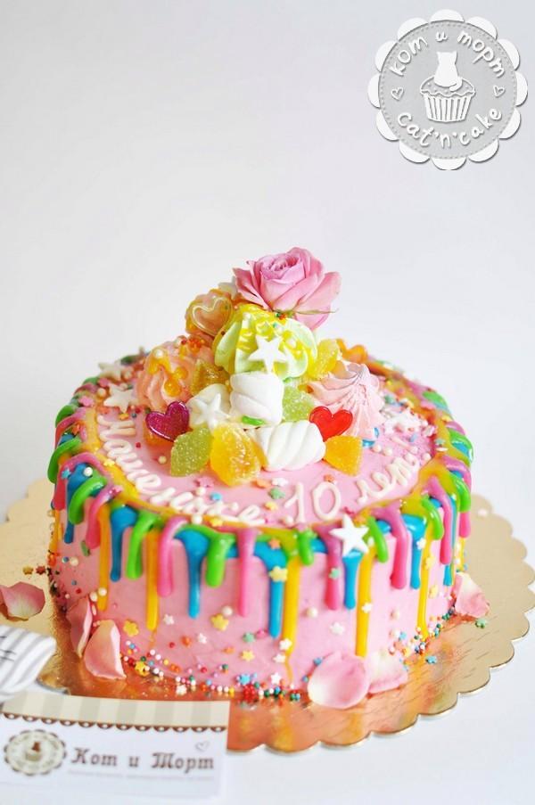 Розовый торт с разноцветными потёками