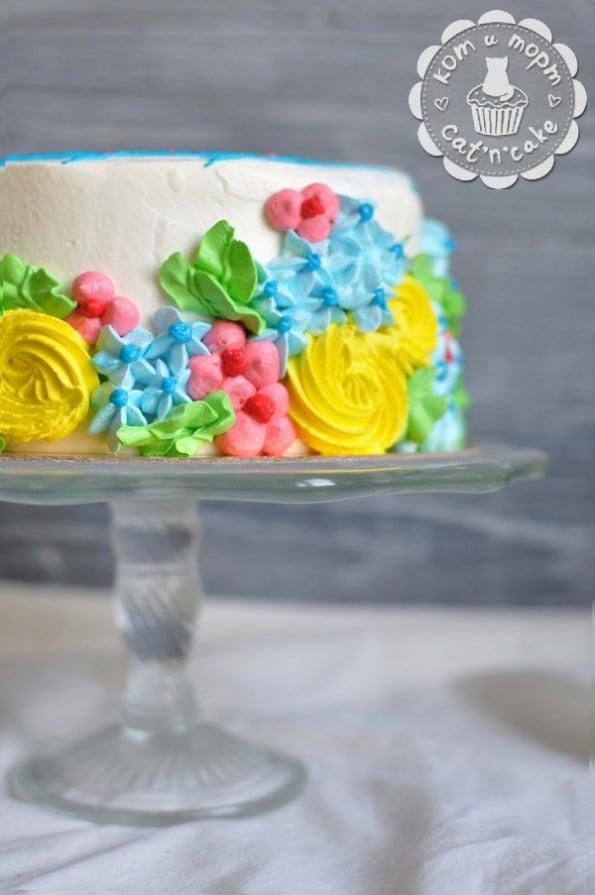 Торт бело-разноцветный