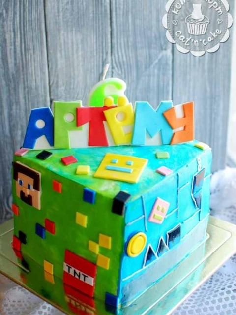Разноцветный торт «Minecraft»