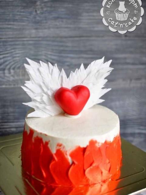 Красно-белый торт с сердцем и крыльями