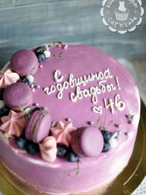 Фиолетовый торт с макарунами