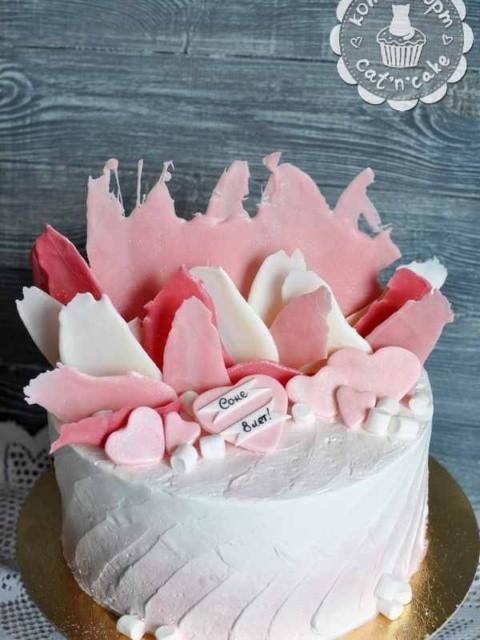 Бело-розовый торт с перьями