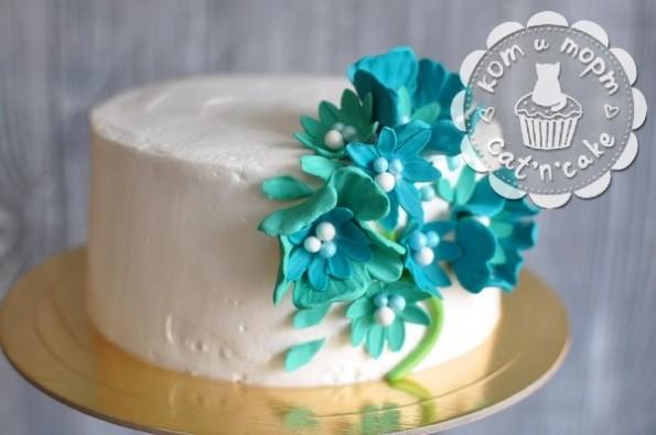 Белый торт с цветами
