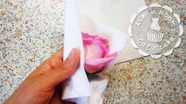 Как украсить торт живыми цветами04