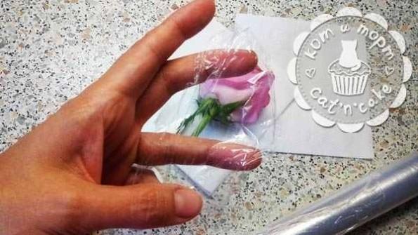 Как украсить торт живыми цветами08