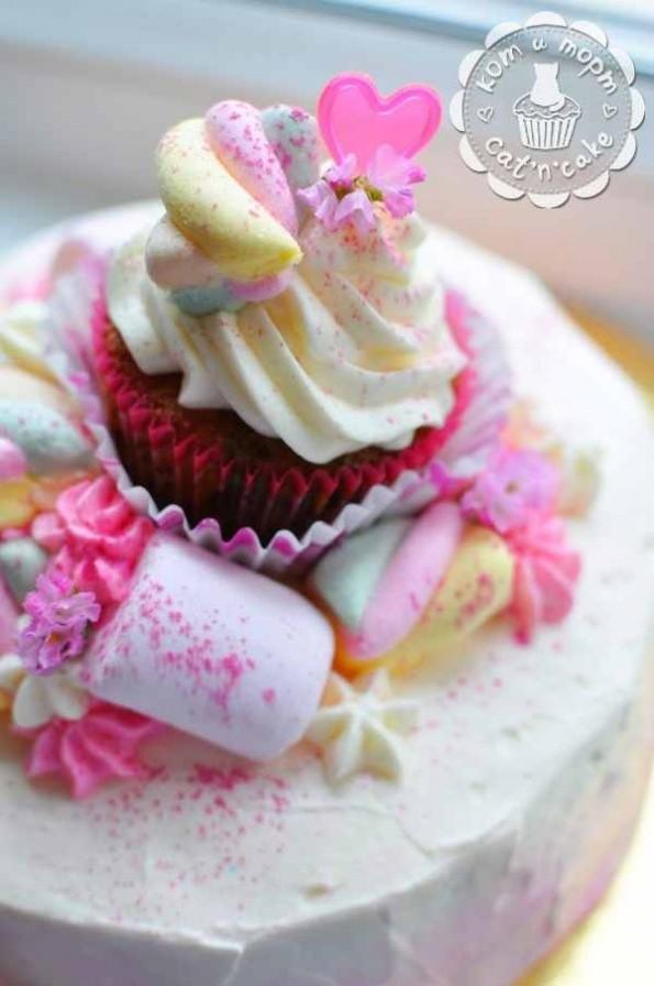 Торт с маршмалоу и капкейком