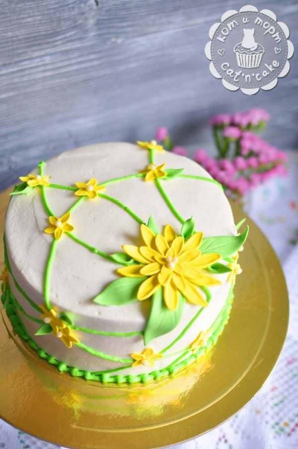 Торт с жёлтым цветком
