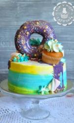 Торт с пончиком и капкейком