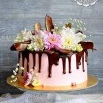 Торт с шоколадными перьями и живыми цветами