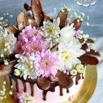 Торт с шоколадными перьями и живыми цветами-2