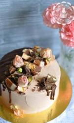 Торт с шоколадом и чайными розами