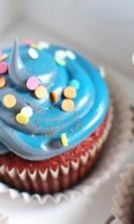 Капкейки синие с разноцветной посыпкой