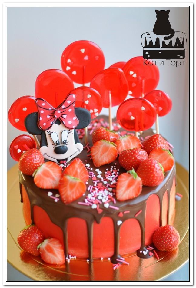 Красный торт с Минни Маус