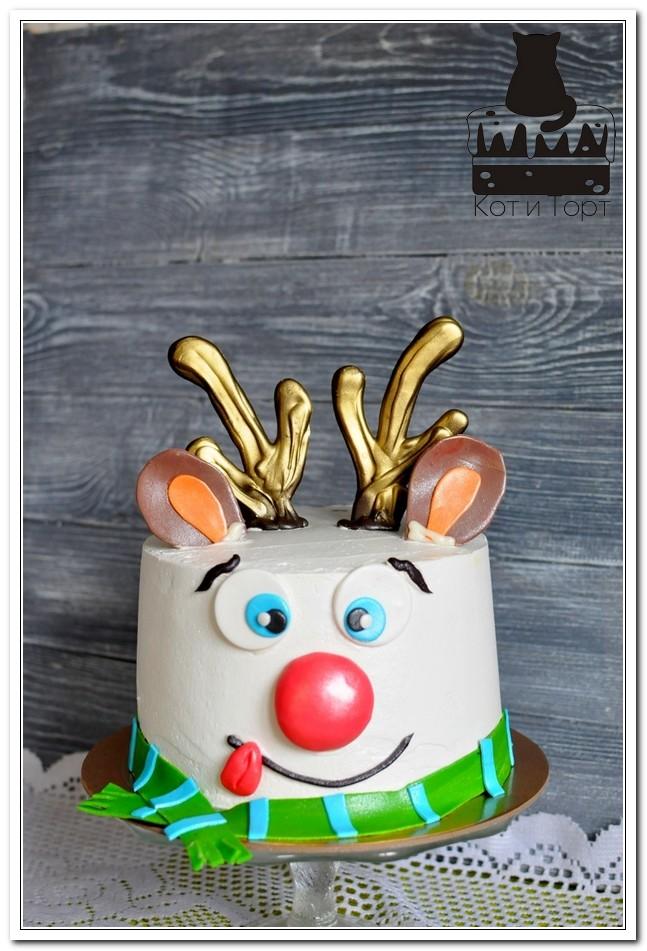Белый торт с оленем Рудольфом