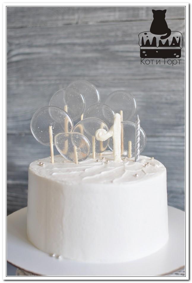 Белый торт на 1 год с леденцами