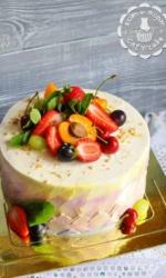 Торт с мятой и ягодами