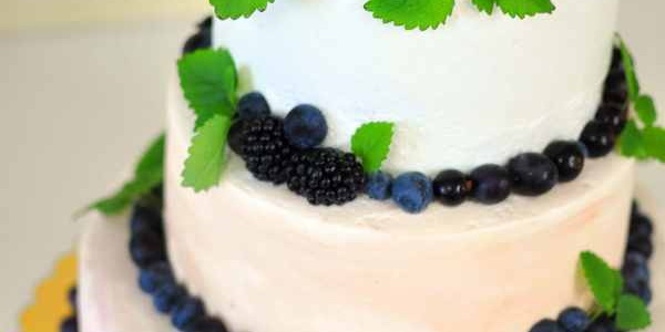 Свадебный торт с ежевикой