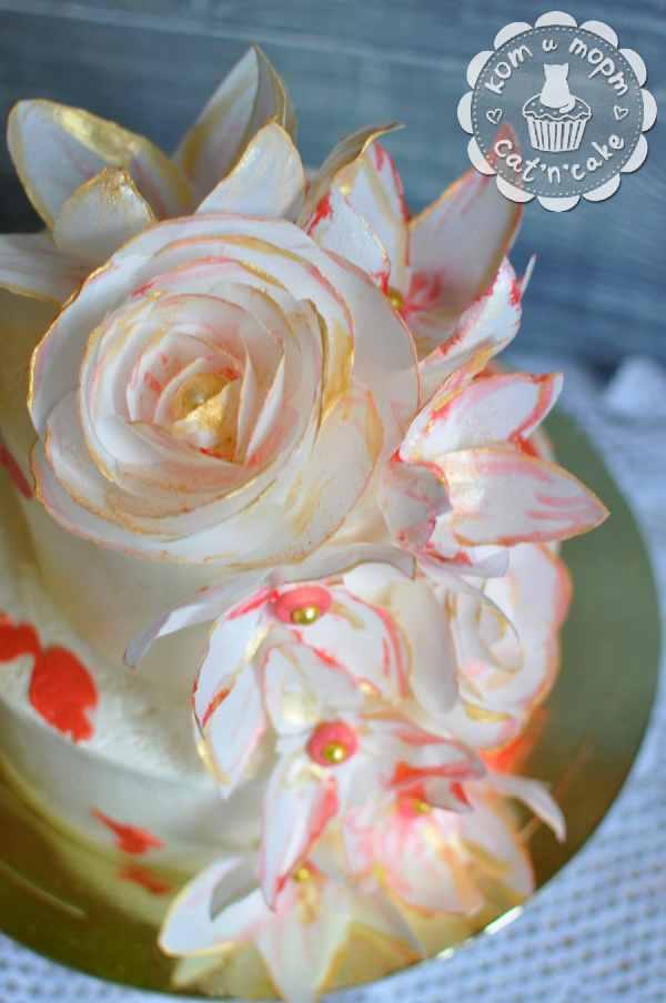 Торт с вафельными цветами