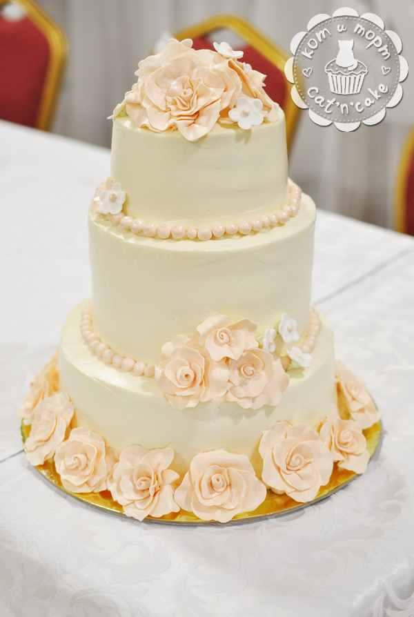 Нежно-бежевый свадебный торт с цветами