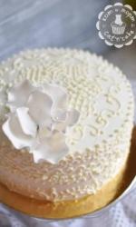 Белый торт с белым цветком