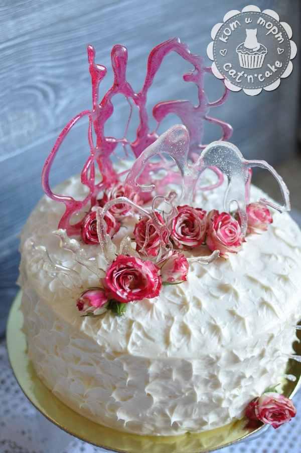 Торт с розами и карамелью