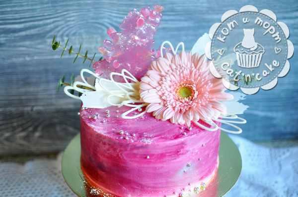 Прекрасный торт с герберой и фигурной карамелью