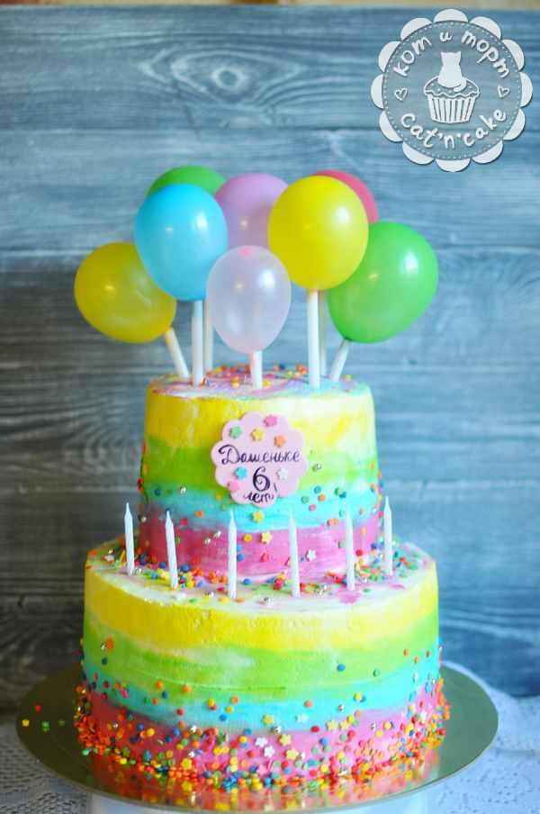 Двухъярусный радужный торт с шариками