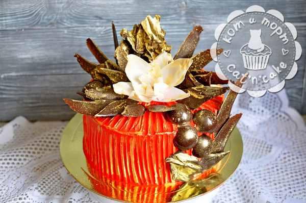 Очень красивый торт с перьями и шариками