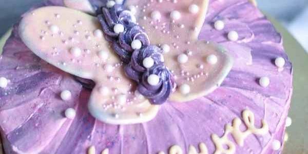 Милый фиолетовый торт с бабочкой