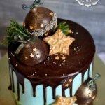 Торт с шоколадными ёлочными шарами