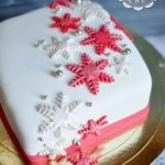 Красно-белый торт со снежинками