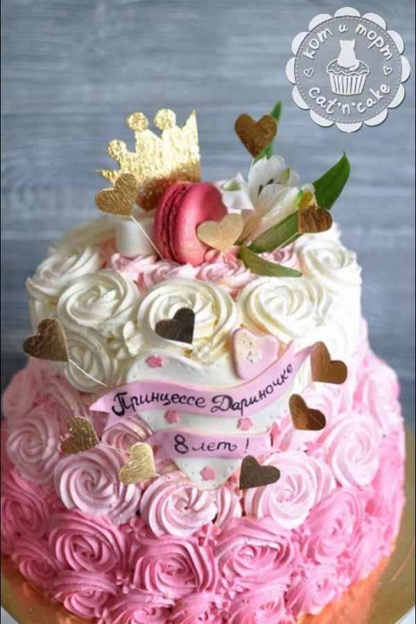 Бело-розовый торт с кремовыми цветочками