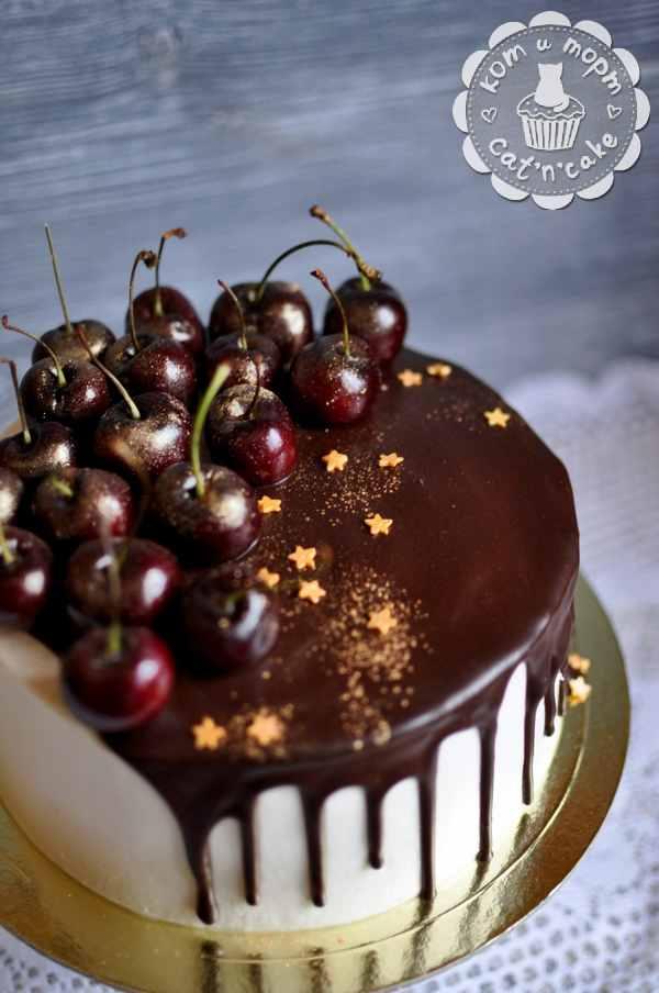 Торт с шоколадом и вишней